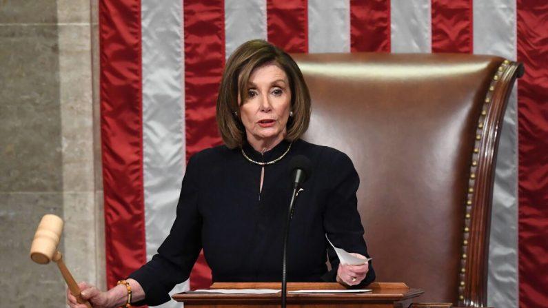 La presidenta de la Cámara de Representantes, Nancy Pelosi, preside la Resolución 755, Artículos de Juicio Político contra el Presidente Donald Trump, mientras la Cámara de Representantes vota en el Capitolio de Estados Unidos en Washington, el 18 de diciembre de 2019. (Saul Loeb/AFP vía Getty Images)
