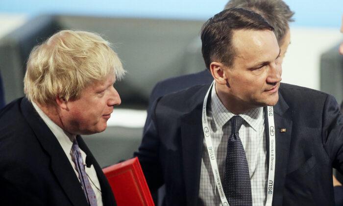 Boris Johnson, entonces secretario de Estado británico de Asuntos Exteriores y del Commonwealth, y el ex ministro de Asuntos Exteriores polaco Radoslaw Sikorski, llegan a la Conferencia de Seguridad de 2017 en Munich, Alemania, el 17 de febrero de 2017. (Johannes Simon/Getty Images)