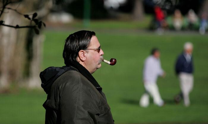 Un hombre fuma en pipa mientras camina por el Washington Square Park en San Francisco, California, el 26 de enero de 2005. (Justin Sullivan/Getty Images)