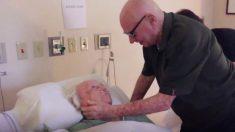 Abuelo de 93 años logra ponerse de pie para cantar su esposa de 73 en un hospital antes de fallecer