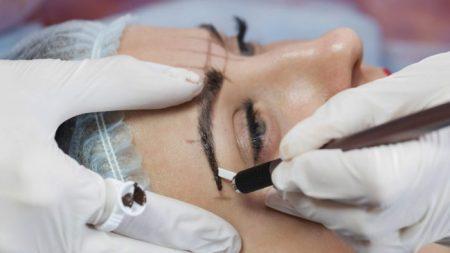 Mulher fica com cicatrizes horríveis para o resto da vida após procedimento permanente de sobrancelha dar errado