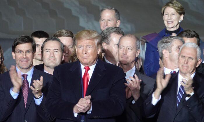 El presidente Donald Trump firma la Ley de Autorización de la Defensa Nacional (NDAA) en la Base Conjunta Andrews en Maryland, el 20 de diciembre de 2019. (Jenny Jing/Epoch Times)