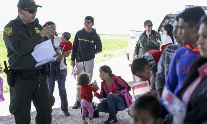 La Patrulla Fronteriza detiene un grupo de extranjeros ilegales que acaban de cruzar el Río Grande desde México cerca de McAllen, Texas, el 18 de abril de 2019. (Charlotte Cuthbertson/The Epoch Times)