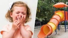 Bebê desce do escorregador sangrando e mãe fica chocada ao ver o que a feriu
