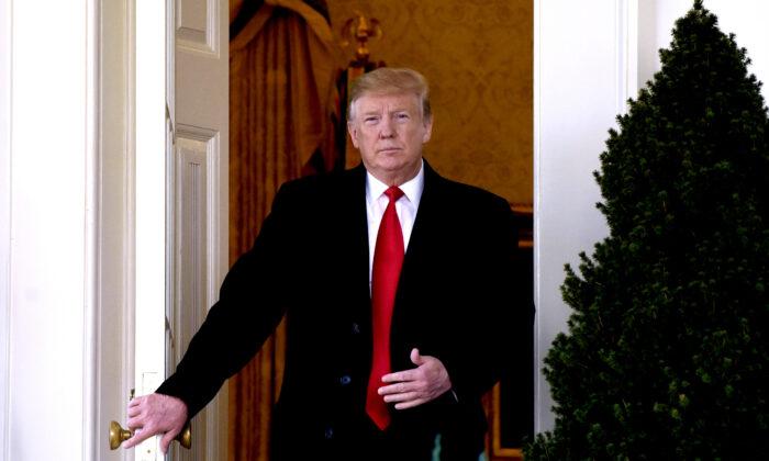 El presidente Donald Trump deja la Oficina Oval durante un evento en el Jardín de Rosas de la Casa Blanca el 25 de enero de 2019. (Olivier Douliery-Pool/Getty Images)
