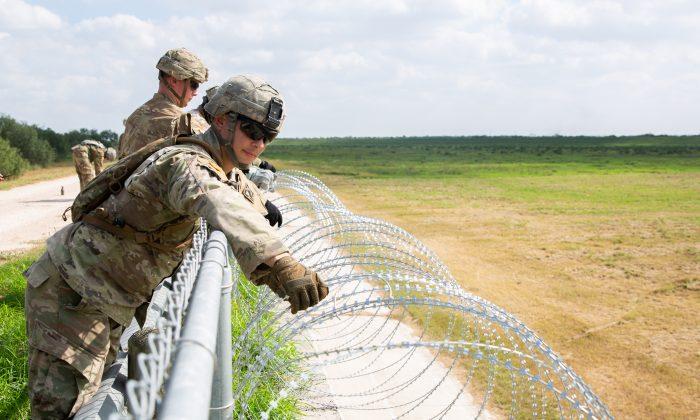 El ejército de los EE. UU. Instala un cable de concertina en la pared en el Condado de Hidalgo, Texas, al norte de la frontera entre EE. UU. y México (Samira Bouaou / The Epoch Times)