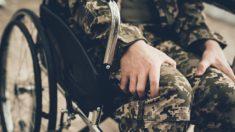 Veterano da Marinha dos EUA, paralisado em combate no Iraque, aprende a andar novamente 15 anos depois