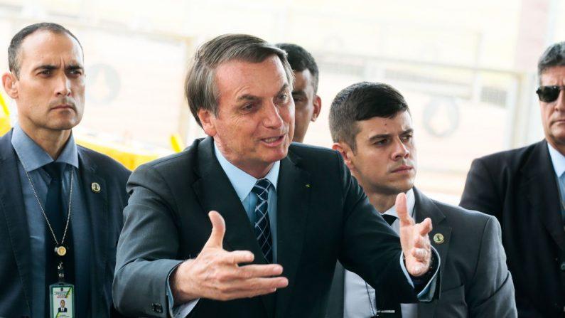 Presidente Jair Bolsonaro cumprimenta turistas e fala à imprensa no Palácio da Alvorada (Antonio Cruz/ Agência Brasil)