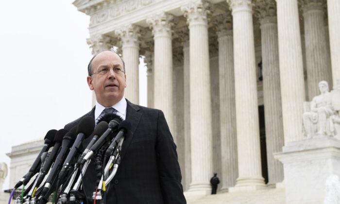 El abogado Paul Clement hace una declaración ante el Tribunal Supremo en Washington, el 2 de diciembre de 2019. (Susan Walsh/AP) NOTICIAS