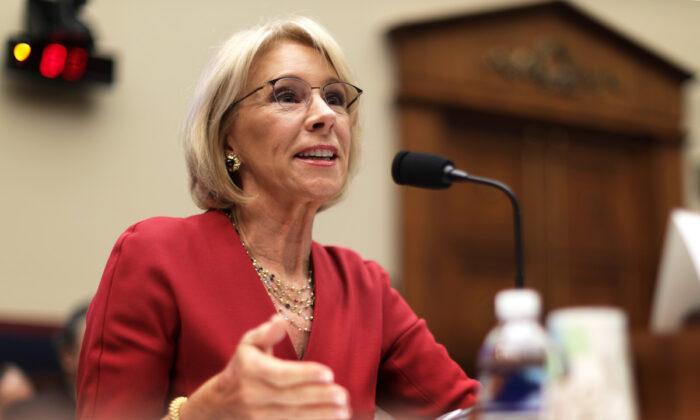 La secretaria de Educación de Estados Unidos, Betsy DeVos, testifica durante una audiencia ante la Comisión de Educación y Trabajo de la Cámara de Representantes en el Capitolio en Washington el 12 de diciembre de 2019. (Alex Wong/Getty Images)