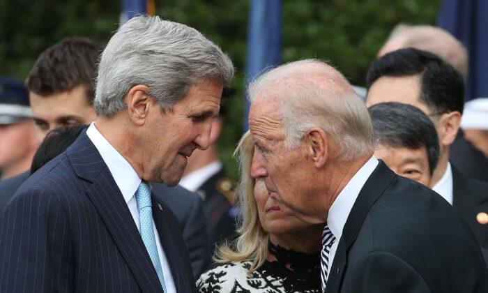 El entonces Vice Presidente Joe Biden (derecha) habla con el entonces Secretario de Estado John Kerry, Washington D.C., 2015, fotografía de archivo. (Mark Wilson/Getty Images)