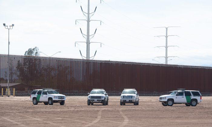 Vehículos de la Aduana y la Patrulla Fronteriza de los Estados Unidos son vistos cerca del muro fronterizo entre los Estados Unidos y México en Calexico, California, el 5 de abril de 2019. (Saul Loeb/AFP/Getty Images)