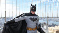 DC Comics é criticada por excluir imagem de Batman que supostamente apoiava marchas de Hong Kong