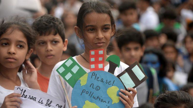 Alunas de uma escola seguram faixas enquanto participam de manifestação de ambientalistas para protestar contra a inação dos governos contra o colapso climático e a poluição ambiental em Mumbai em 27 de setembro de 2019 (PUNIT PARANJPE / AFP via Getty Images)