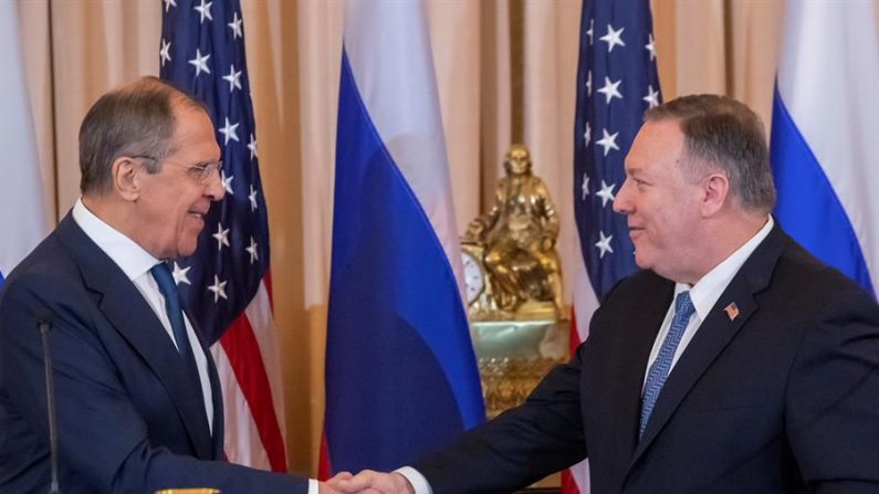 El Secretario de Estado de los Estados Unidos, Mike Pompeo (derecha), saluda al Ministro de Asuntos Exteriores ruso Sergey Lavrov (izquierda) tras una conferencia de prensa en el Departamento de Estado en Washington, DC, EE.UU., el 10 de diciembre de 2019. EFE/Erik S. Lesser