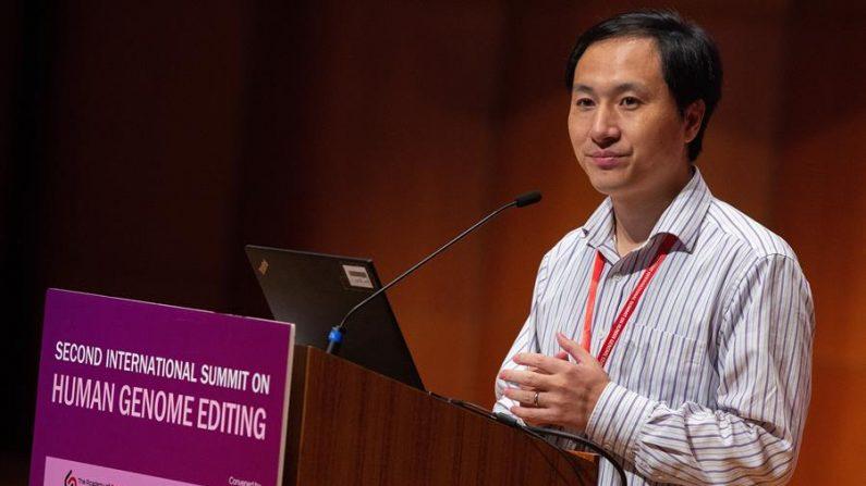 O cientista da China continental, He Jiankui, apresenta seu trabalho na Segunda Cúpula Internacional sobre Edição de Genoma Humano, na Universidade de Hong Kong em Hong Kong, China, em 28 de novembro de 2018 (EFE / EPA / ALEX HOFFORD)
