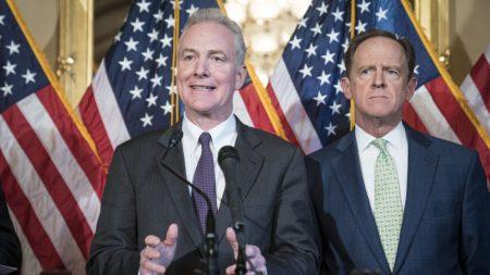 """Republicanos están """"aterrados"""" de los testigos presenciales del impeachment, afirma senador Van Hollen"""