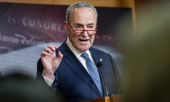 El líder de la minoría del Senado Chuck Schumer (D-N.Y.) celebra una conferencia de prensa en el Capitolio de EE.UU. en Washington el 16 de diciembre de 2019. (Samuel Corum/Getty Images)
