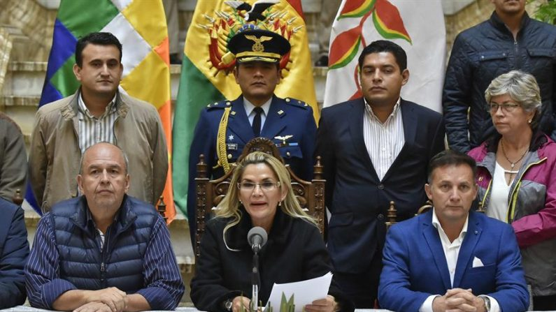A presidente interina da Bolívia, Jeanine Áñez (c), proferiu um discurso em 28 de novembro de 2019 cercado por membros de seu gabinete, no Palácio do Governo em La Paz, Bolívia (EFE / Stringer / Archivo)