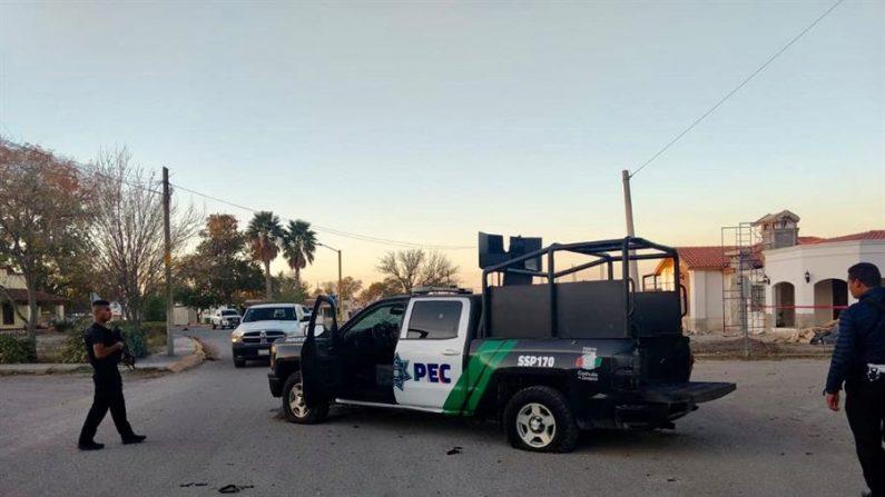 Vista de un vehículo policial perforado por proyectiles durante el enfrentamiento entre fuerzas de seguridad y un grupo armado, el 30 de niviembre de 2019 en la población Villa Unión, en el estado de Coahuila. Las fuerzas del orden de Coahuila se enfrentaron en un   tiroetao con cárteles de la droga el 30 de noviembre y 1 de diciembre donde fallecieron al menos 23 personas. (EFE/STR)
