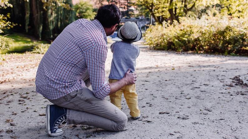 """""""Un niño quiere hacer lo correcto. Muchos niños simplemente no saben cómo hacerlo porque nunca han tenido a alguien que pase tiempo con ellos de una manera positiva"""". (freestocks-photos/Pixabay)"""