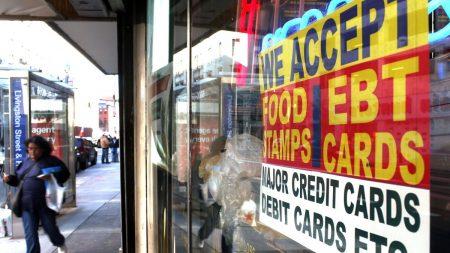 La administración Trump modificará requisitos para adultos sanos que reciben cupones para alimentos