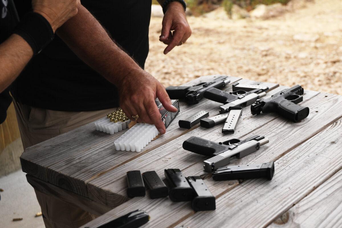 Pistolas y otras armas se exhiben en un campo de tiro