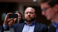 El juez ordena que Alex Jones pague USD 100,000 por el caso de difamación de Sandy Hook