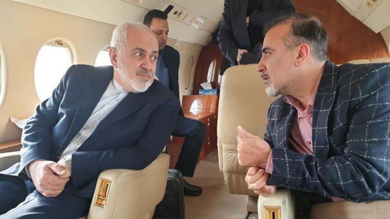 Não divulgada (Suíça), 12/12/2019. - Uma foto do folheto disponibilizada pela conta no Twitter do ministro iraniano das Relações Exteriores Mohammad Javad Zarif em 07 de dezembro de 2018 mostra Zarif (E) e o pesquisador iraniano Masoud Soleimani sentados dentro de um avião em um aeroporto não revelado na Suíça (EFE / EPA / MINISTÉRIO IRANIANO)