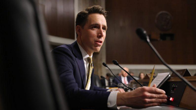 El senador Josh Hawley (R-Mo.) interroga a testigos durante una audiencia en el Senado en Washington en una fotografía de archivo del 3 de diciembre de 2019. (Chip Somodevilla/Getty Images)