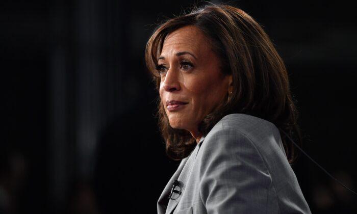 La senadora Kamala Harris (D-Calif.) habla después del debate presidencial demócrata en Atlanta el 20 de noviembre de 2019. (Nicholas Kamm/AFP vía Getty Images)