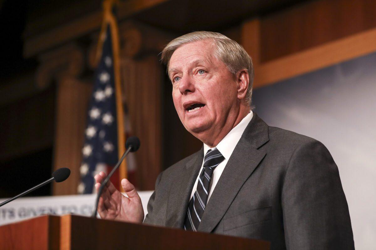 El Senador Lindsey Graham (R-S.C.) da una conferencia de prensa en el Capitolio en Washington