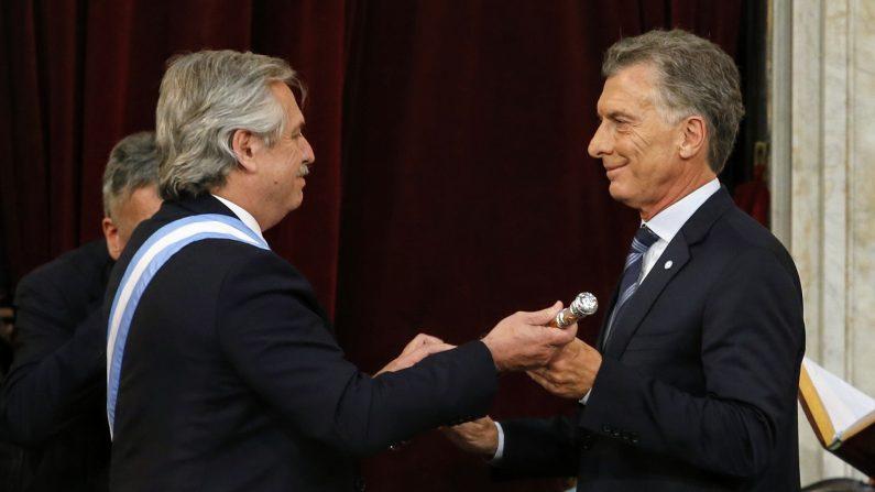 Novo presidente da Argentina, Alberto Fernández (esq.), recebe o comando do país das mãos do presidente cessante, Maurício Macri (Casa Rosada/Presidência da Argentina)