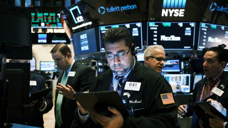 Operadores da Bolsa trabalham no pregão da Bolsa de Nova Iorque (NYSE) em 15 de novembro de 2019 na cidade de Nova Iorque (Spencer Platt / Getty Images)