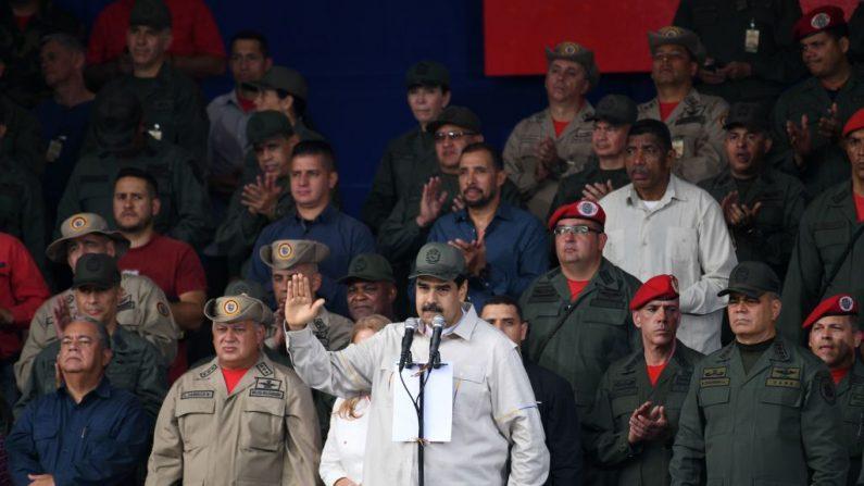 Ditador venezuelano Nicolás Maduro (centro), com a mão direita, e o presidente da Assembleia Constituinte, Diosdado Cabello (2º à esq.) ao seu lado, juramentam novos membros da milícia bolivariana no Complexo Militar Fuerte Tiuna em Caracas , em 13 de abril de 2019 (YURI CORTEZ / AFP / Getty Images)