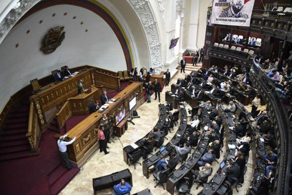Presidente encarregado Juan Guaidó (esq.) e o deputado venezuelano Stalin González participam de uma sessão da Assembleia Nacional em Caracas em 13 de agosto de 2019 (FEDERICO PARRA / AFP / Getty Images)