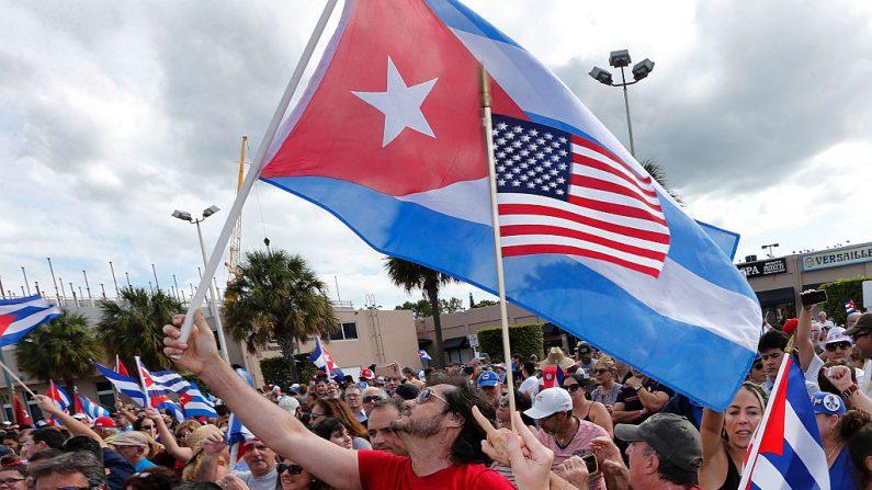 Cubano-americanos em Pequena Havana, em Miami, fazem manifestação contra Fidel Castro no dia de sua morte, em 26 de novembro de 2016, em memória do que a revolução e a ditadura comunistas cubanas significaram para a população (RHONA WISE / AFP via Getty Images)