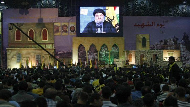 Apoiadores do grupo terrorista Hezbollah ouvem o líder Hassan Nasrallah em um discurso televisionado no subúrbio do sul de Beirute em 11 de novembro de 2008 (RAMZI HAIDAR / AFP / Getty Images)