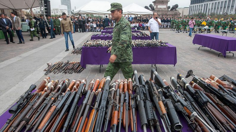 Variedade de armas das mais de cinco mil apreendidas pelo exército mexicano de traficantes de drogas nos estados de Tamaulipas e San Luis Potosí, em Monterrey, México, em 17 de janeiro de 2017 (JULIO CESAR AGUILAR / AFP via Getty Images )