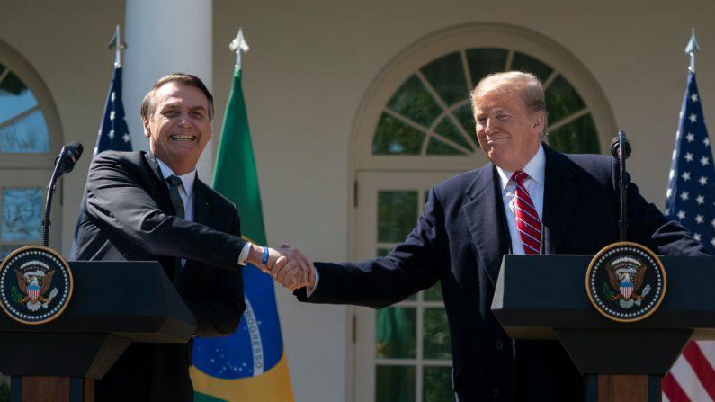 Presidente dos EUA, Donald Trump (dir.), e o presidente do Brasil, Jair Bolsonaro, participam de uma coletiva de imprensa conjunta no Rose Garden da Casa Branca em 19 de março de 2019 em Washington, DC. Trump recebeu Bolsonaro para uma visita e conversações bilaterais na Casa Branca (Chris Kleponis-Pool / Getty Images)