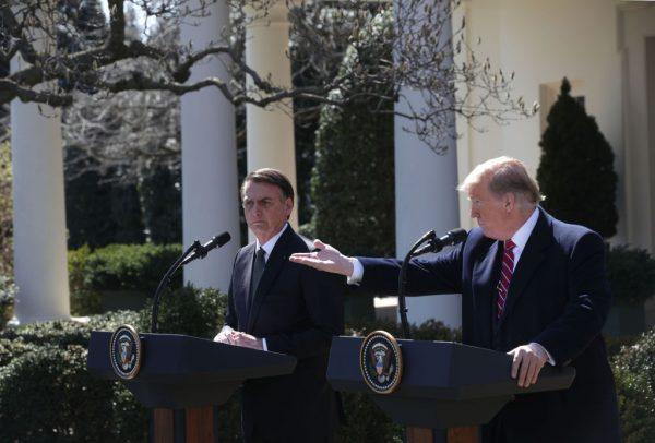 Presidente dos Estados Unidos, Donald Trump (dir.), e o presidente do Brasil, Jair Bolsonaro, conversam a fim de fortalecer as relações bilaterais durante uma reunião na Casa Branca (Alex Wong / Getty Images)