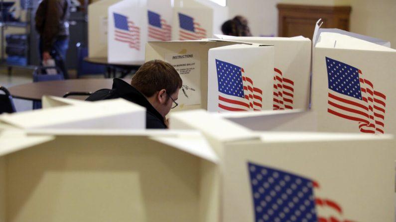 Un votante llena una boleta en una mesa electoral en Des Moines, Iowa, el 6 de noviembre de 2018. (Joshua Lott/Getty Images)