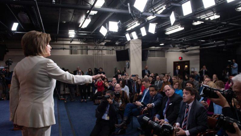 La presidenta de la Cámara de Representantes, Nancy Pelosi, da su conferencia de prensa semanal en el Capitolio en Washington el 5 de diciembre de 2019. (Foto de Saul Loeb/AFP vía Getty Images)