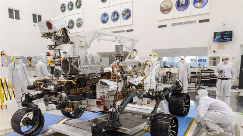 Foto cedida pela NASA e datada de 17 de dezembro de 2019 mostra alguns engenheiros trabalhando durante o primeiro teste de condução do Mars 2020 Rover no Laboratório de Propulsão a Jato da NASA em Pasadena, Califórnia (EFE / J. Krohn / NASA / JPL-Caltech)