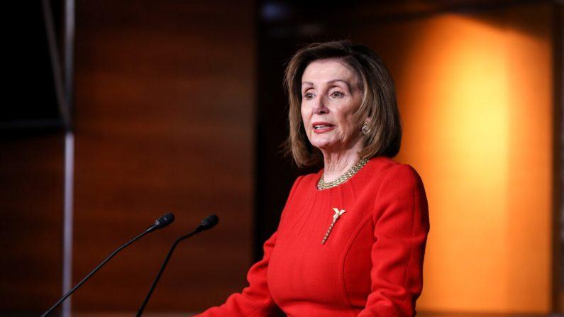 La presidente de la Cámara de Representantes, Nancy Pelosi (D-Cali.), habla con los medios de comunicación en el Capitolio de Washington el 19 de diciembre de 2019. (Charlotte Cuthbertson/The Epoch Times)