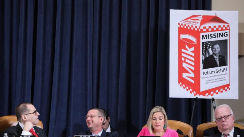 El presidente de la Cámara de Representantes, el republicano Jerrold Nadler (demócrata de Nueva York), observa un accesorio republicano con una imagen del presidente del Comité de Inteligencia de la Cámara de Representantes, Adam Schiff (demócrata de California), en un cartón de leche como miembro de alto rango del partido, el republicano Doug Collins (republicano de Georgia).) se ríe mientras se sienta al lado de la abogada republicana Ashley Hurt Callen y el representante Jim Sensenbrenner (republicano de Wisconsin) durante una audiencia del Comité Judicial de la Cámara de Representantes para recibir las presentaciones de los abogados sobre las pruebas de la investigación del impeachment contra el presidente Donald Trump en el Capitolio en Washington el 9 de diciembre de 2019. (Jonathan Ernst/Pool/AFP vía Getty Images)