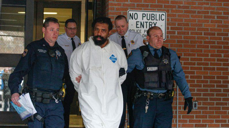 El sospechoso de apuñalar a cinco personas en la celebración de Jánuca, Thomas Grafton, de 37 años de edad, sale del ayuntamiento de Ramapo en Airmont, Nueva York, después de ser arrestado el 29 de diciembre de 2019. (KENA BETANCUR/AFP via Getty Images)