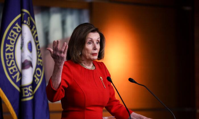 La presidenta de la Cámara de Representantes, Nancy Pelosi (D-Calif.), habla con los medios de comunicación en el Capitolio de Washington el 19 de diciembre de 2019. (Charlotte Cuthbertson/The Epoch Times)