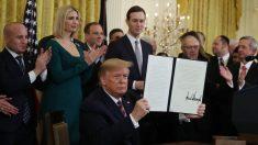 Trump firma una orden ejecutiva contra la discriminación de judíos para combatir el antisemitismo