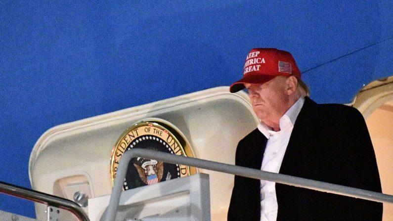 El presidente Donald Trump saliendo del Air Force One al llegar a la base Andrews de la Fuerza Aérea de Maryland el 1 de diciembre de 2019. (Mandel Ngan/AFP vía Getty Images)